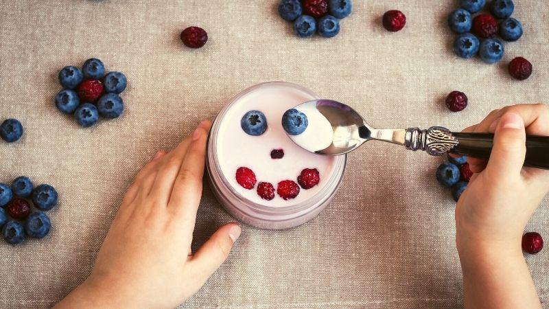 jogurt grecki a naturalny różnice gęstszy zdrowszy