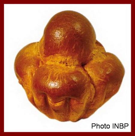 Une image contenant assis, beignet, fruit Description générée avec un niveau de confiance élevé
