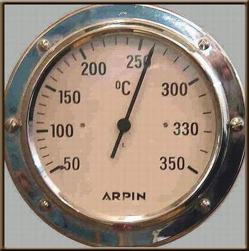 Une image contenant horloge, mur, intérieur, périphérique Description générée automatiquement