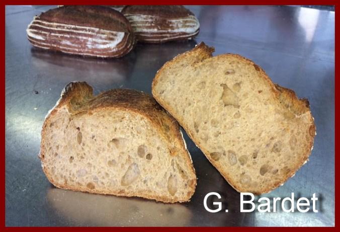 Une image contenant alimentation, pain, table, assis Description générée automatiquement