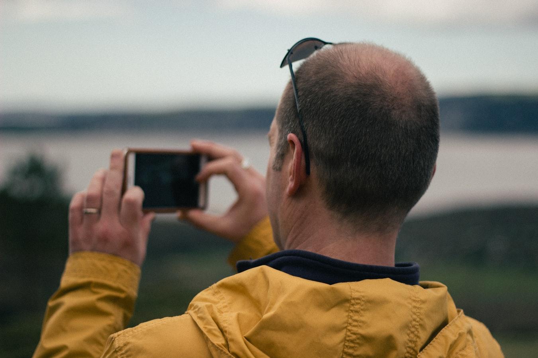 Un touriste filmant avec son smartphone