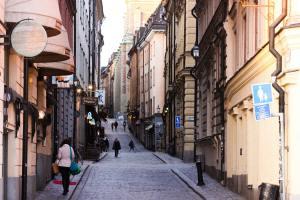 Une rue fréquentée dans un quartier de Stockholm, capitale de la Suède.