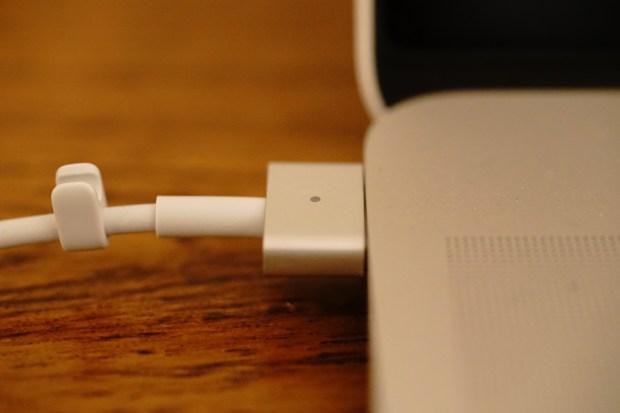 Magsafe2充電器が出張中に故障。Apple Careで無料交換対象だが。。。