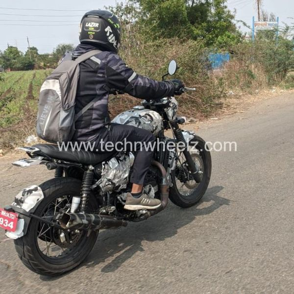 Jawa Scrambler spied testing. Based on Jawa Forty Two