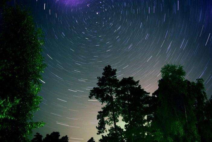 Dėl Žemės sukimosi žvaigždės nuotraukoje išilgėja. Šiaurinė žvaigždė - dangaus skliauto sukimosi ašis.
