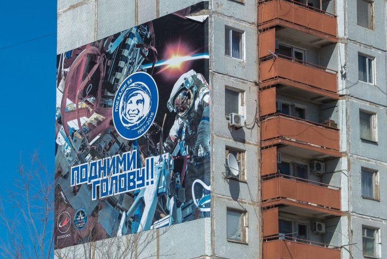 Tipinis sovietinio tipo blokinis namas su kosminiu reklaminiu skydu