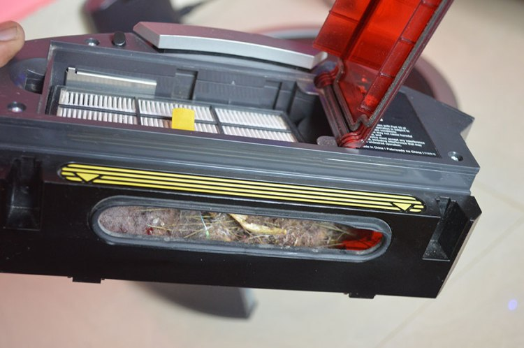 iRobot-Roomba-collected-dirt-in-the-bin