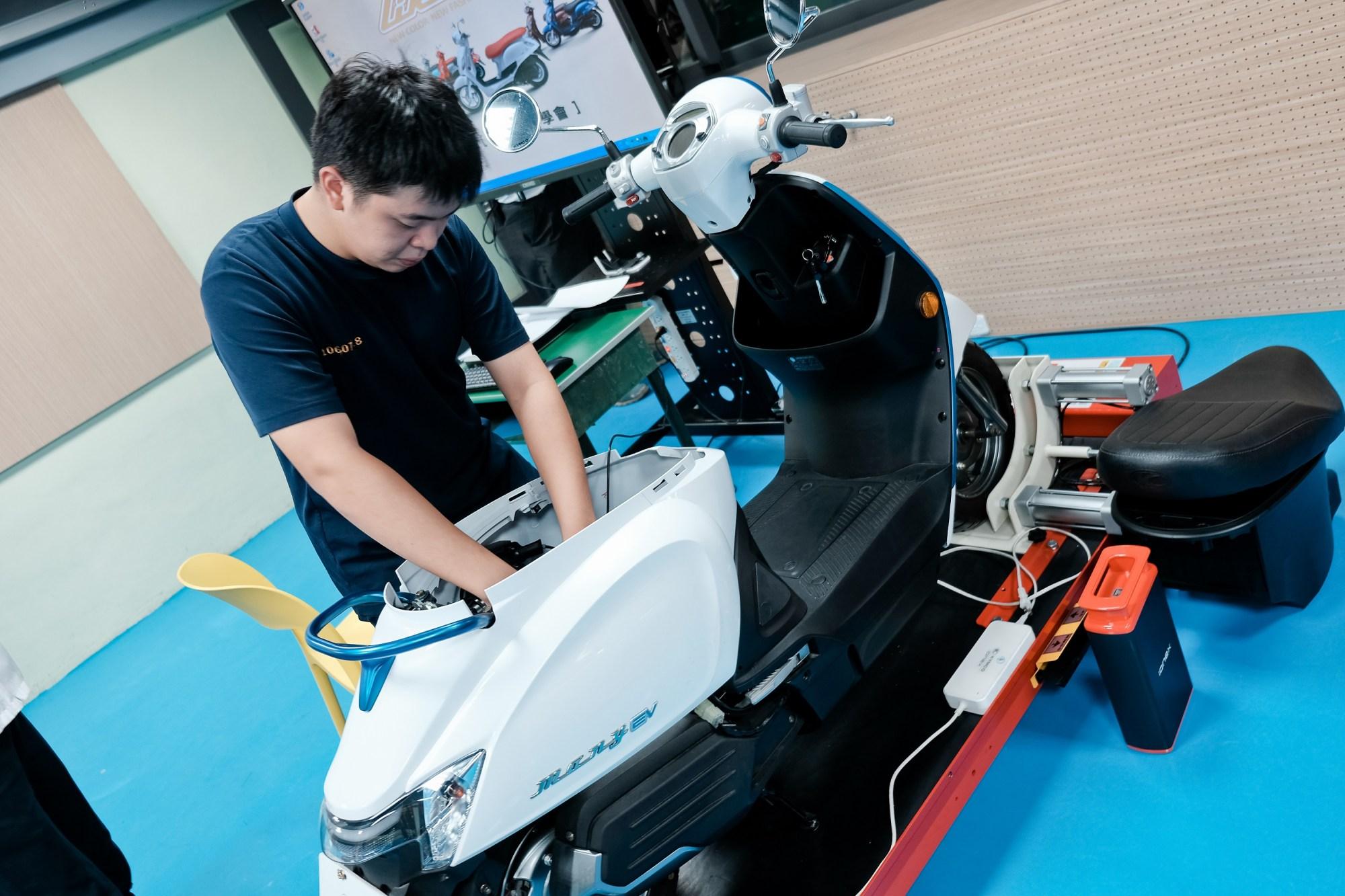 KYMCO接軌未來趨勢,積極扶植電動車人才「油電並行」技術優勢,讓新型環保機車同為環保先鋒與市場主流。.jpg