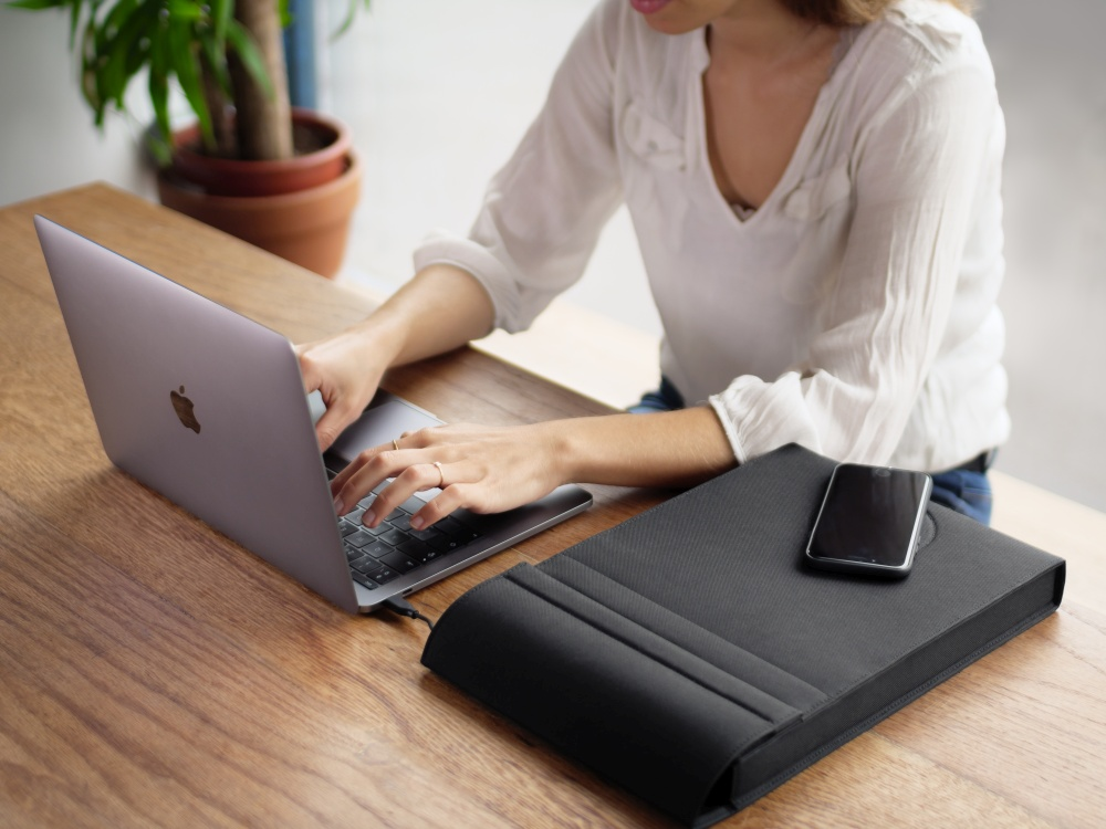 LAER-laptop-sleeve-to-charge-all-your-devices