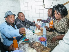 The President, Nairobi Senator and other politicians eating at a Kibanda