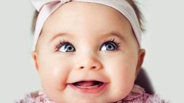 Bebê linda alegre