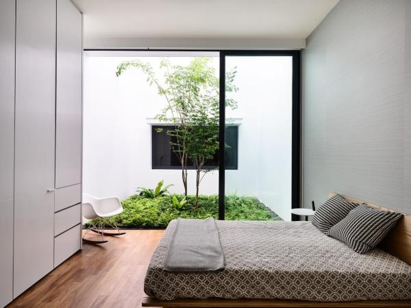 Foto de quarto com jardim.