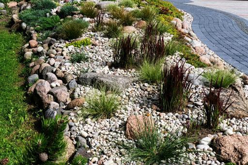 praça jardim com pedras