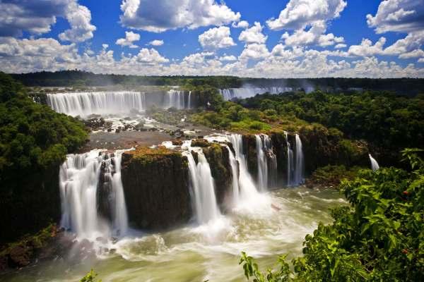 paisagem da floresta e cachoeira