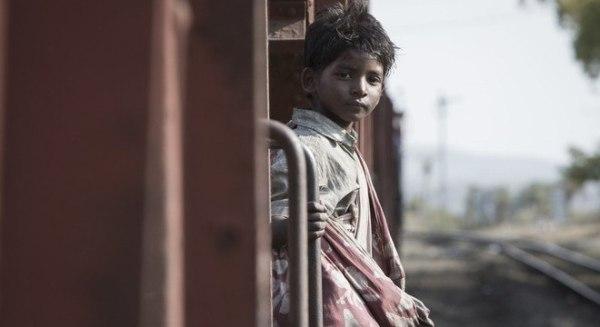 O pequeno Saroo luta para sobreviver no filme Lion