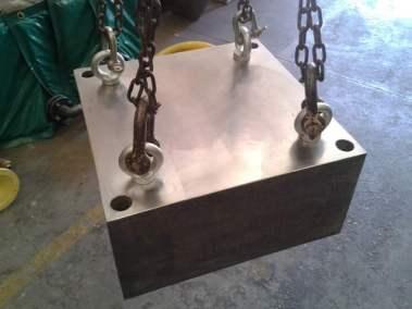 Pieza de plomo con insertos roscado insertados en fundición