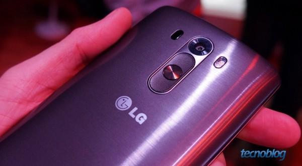A câmera do G3; logo abaixo, o botão de liga/desliga no centro do controle de volume