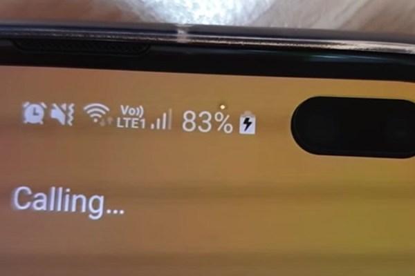 Será que esse ponto branco piscando no Galaxy S10 é um defeito