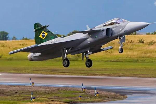 Caça Gripen voa pela primeira vez no Brasil e é duas vezes mais rápido que o som
