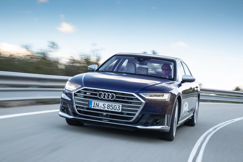 Audi A8: elettrificazione e performance per l'ammiraglia dei quattro anelli