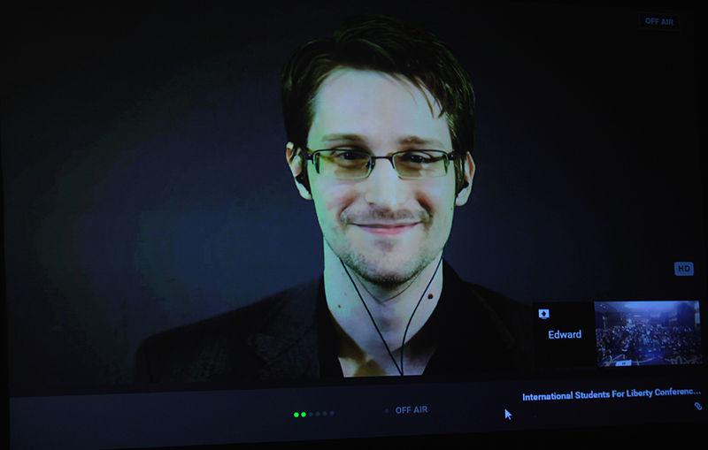 Edward Snowden impartint una conferència el 2015.