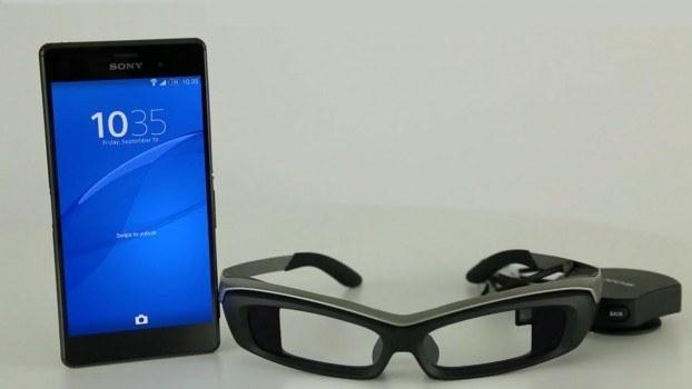 Las Sony SmartEyeglass junto a un terminal de la marca