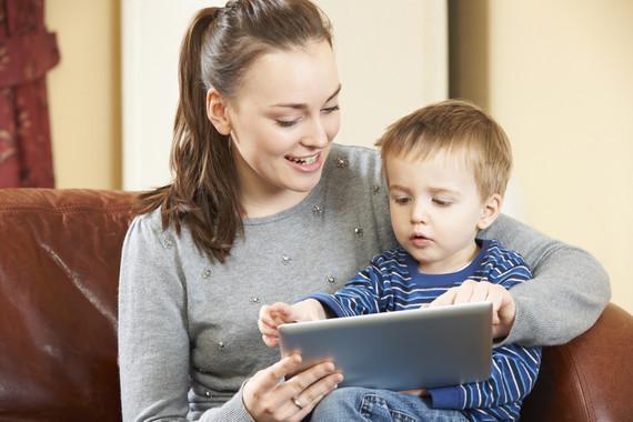 Los niños menores de dos años ya son capaces de desbloquear las pantallas y con 25 meses buscan en los dispositivos sus aplicaciones de juego favoritas. / Fotolia