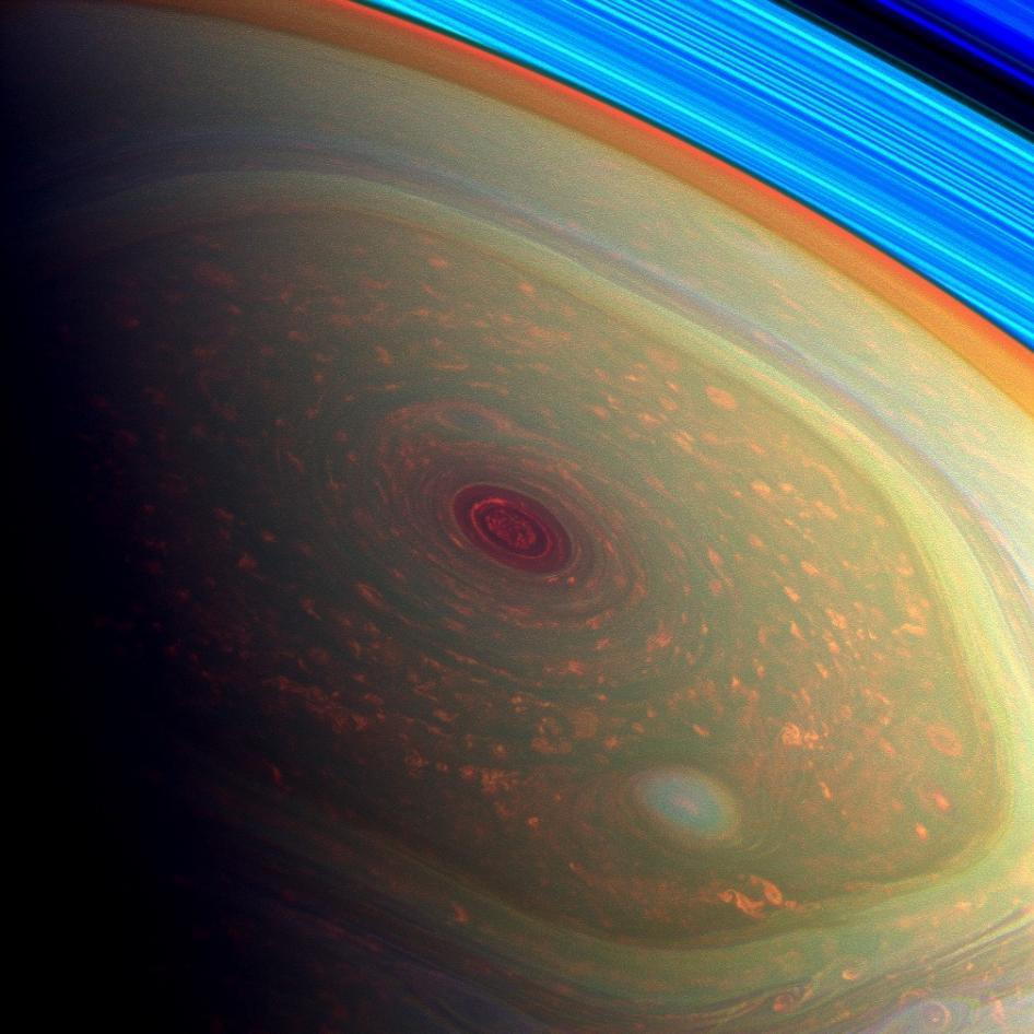 """Imagen en falso color de la """"estructura hexagonal"""" del huracán, dos mil km. de ancho, vientos de 530 km/h y el gran ojo central. Credit: NASA. Misión Cassini."""