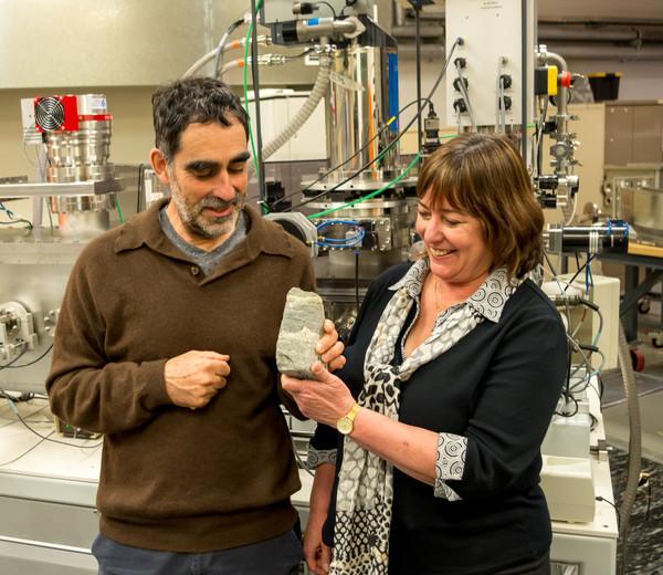 Los investigadores Allen Nutman (izquierda) y Vickie Bennet (derecha) con un ejemplar de un estromatolito de 3.700 años. / Yuri Amelin
