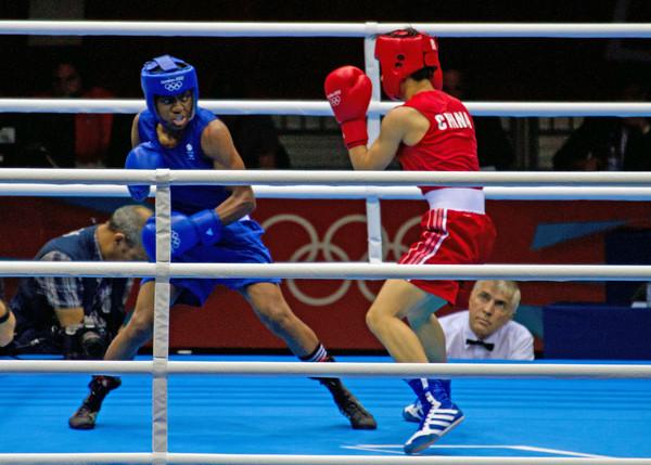 La británica Nicola Adams contra la china Cancan Ren en Londres 2012. Adams fue la primera mujer campeona olímpica de boxeo. Imagen: Kent Capture