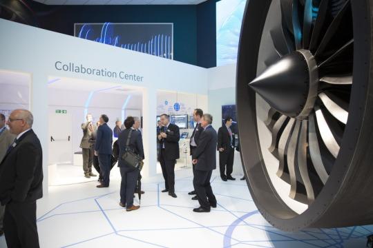 GE colocó un motor de jet de GEnx fuera de su centro de colaboración digital. La compañía está utilizando datos y software para hacer que los motores funcionen mejor. Crédito de la imagen: Adam Senatori para GE Reports.