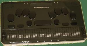 destaque para a parte frontal do computador braille sense polaris com os botões, teclados e o braille eletrônico