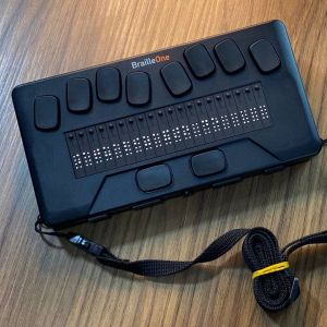 foto frontal da linha brailleone mostrando teclado perkins e celas braille