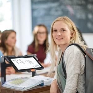 Aluna em sala de aula, lendo o livro através do seu Connect 12