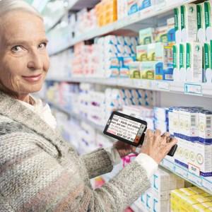 Mulher na farmácia com a lupa explore 5 para ver o rótulo