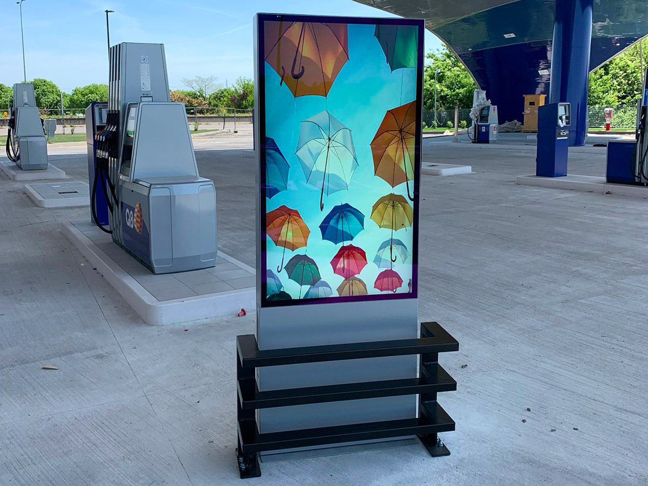 Poster ledwall affissioni digitali Schermi LED autoportanti stazioni di servizio Digital Signage DOOH segnaprezzo pompe di benzina