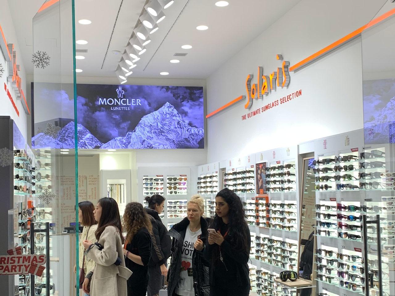Solaris-ledwall-indoor-schermi-da-interni-fondo-store-retro-cassa-1280x960