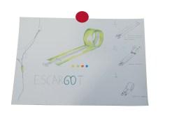 """""""escargot"""" Garoa, Ander y Carlos crearon un packaging auto enrollable que se pliega (despliega con un simple juego de muñeca. En su plafón, se aprecia cómo han reservado el espacio más grande para dibujar su producto, han incluido una gama de colores debajo, y lo han contextualizado colocándolo en la silueta de un usuario dibujado a línea para que se entienda el modo de uso. A la derecha del plafón, mediante dibujos más sencillos, se explica cómo funciona el producto. Finalmente, crearon el logotipo jugando con la palabra ESCARGOT (caracol en francés) por su parecido con el animal. Juegan además con la """"G"""" y la """"O"""" para reforzar este concepto."""