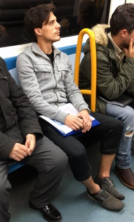 Metro Madrid - LÍNEA 4 - Chaqueta Cargo, pantalones skinny fit y deportivas! Nos gusta!