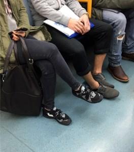 Metro Madrid - LÍNEA 4 - Pantalones skinny fit y deportivas! Nos gusta!