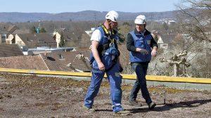 Boris Jaus und Dieter Börlin bei der Dachbegehung