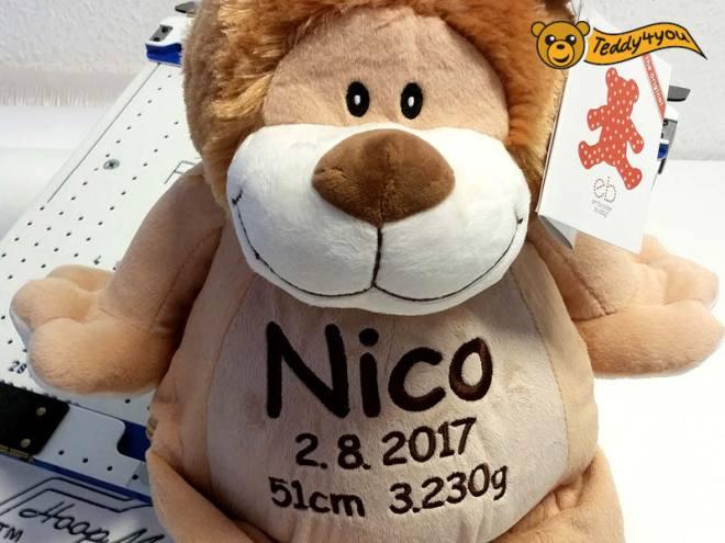 Bestickter Löwe mit Name und Geburtsdaten