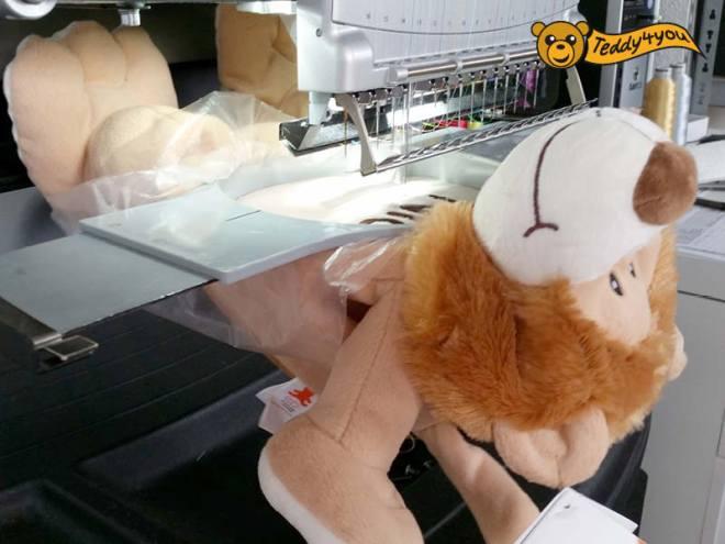 Der Löwe ist fest im Stickrahmen eingespannt