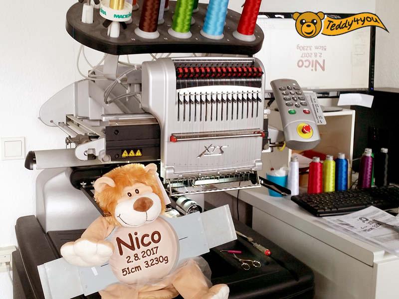 Löwe im Stickrahmen an der Stickmaschine