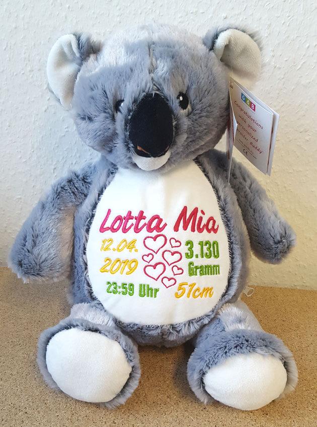 Koala mit Namen und Geburtsdaten bestickt