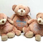 Drei Teddys mit Namen bestickt.