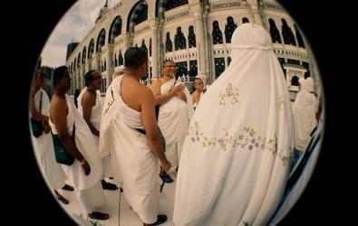 A zarándokút során viselt különleges ruha, az ikrám (Forrás: www.flickr.com)