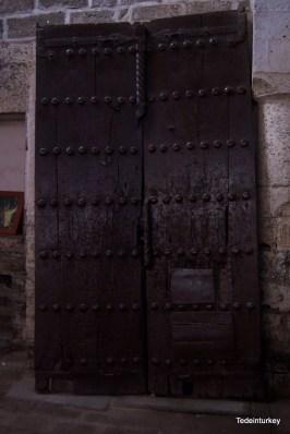 Egy nagyon régi kapu a templomban