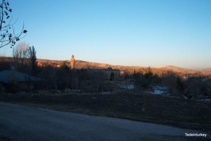 A távolban egy 12. században épült dzsámi és a kissé ingatag minaret
