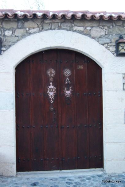 Egy korhűen felújított ház kapuja, az épület ma művháznak ad otthont